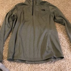 Army green north face pullover!